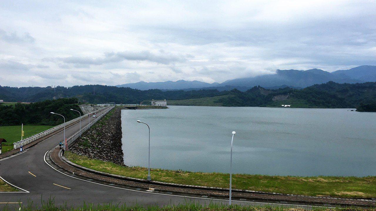 雲林湖山水庫今天上午11時首次達到滿水位,比預期時間提早近半年,中午水庫滿庫自然...