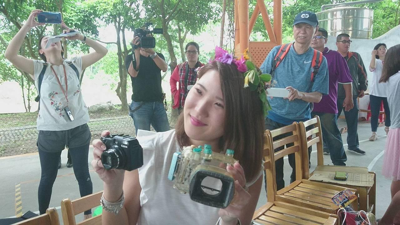 日本女大學生椿原世梨奈丟掉相機,海漂933天到台灣,被淨灘的宜蘭縣岳明國小學生撿...