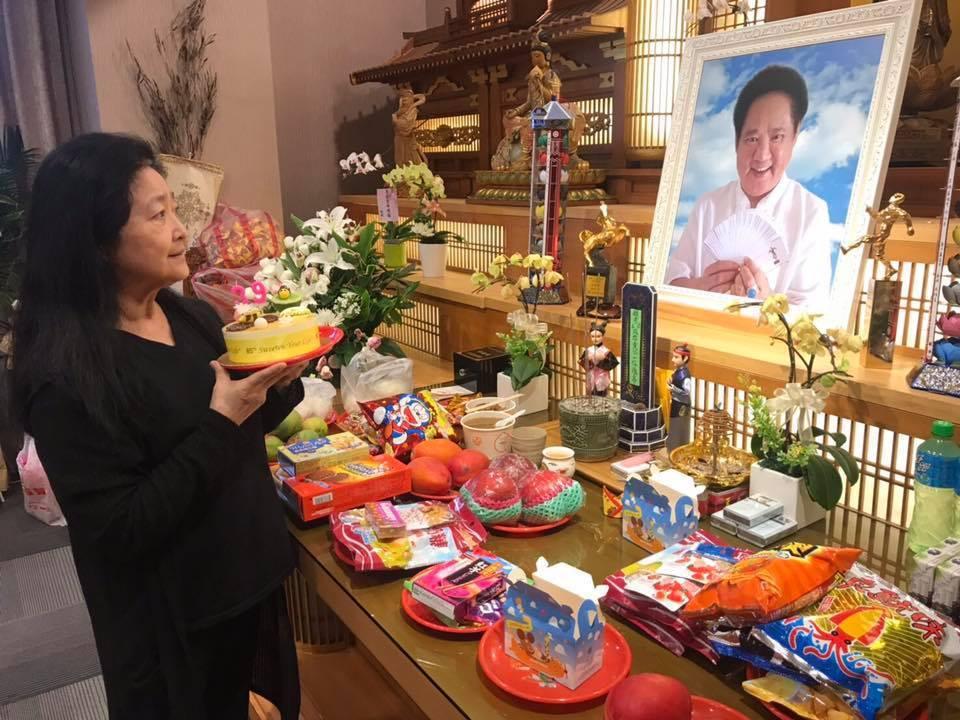 沛小嵐在馬如龍的靈堂前,捧著蛋糕度過和老公結婚39周年紀念日。圖/摘自臉書
