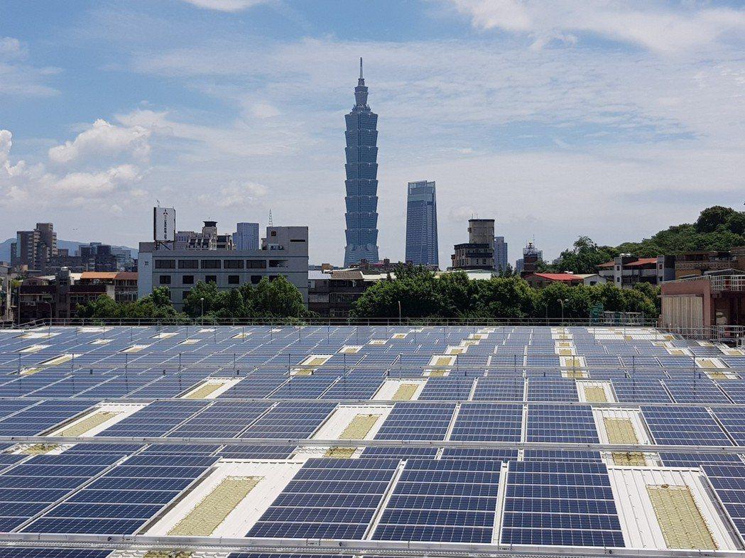 台北自來水事業處去年6月在長興淨水場完成加蓋工程後,於加蓋屋頂建置太陽能光電板,...
