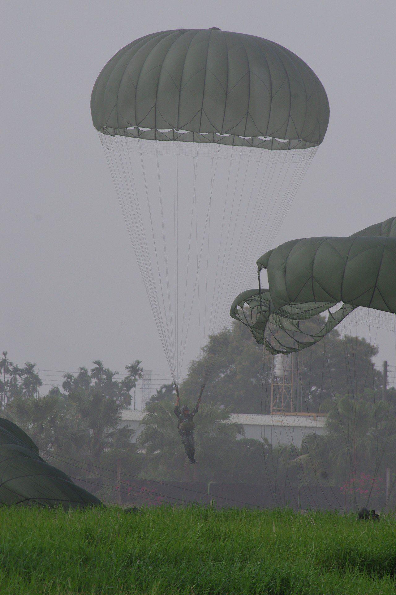 國軍官兵在屏東潮州練習跳傘。資料照,記者程嘉文/攝影