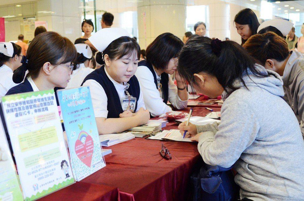 台北慈濟醫院與器官捐贈登錄中心合作,舉辦「捨&得-愛在心中萌芽」器官捐贈宣導簽署...