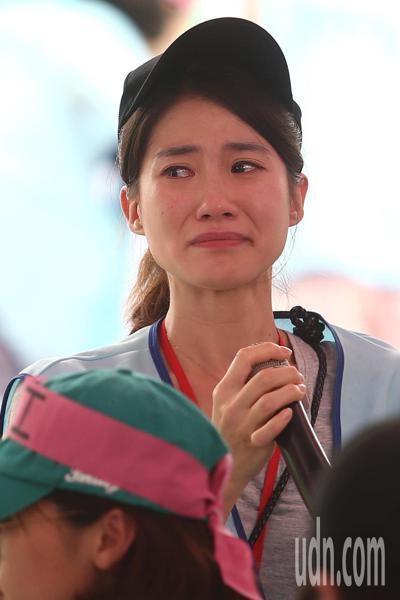 長榮空服員罷工進入第6天,下午多位空服員分享自己的心情,台上台下哭成一片。記者蘇...