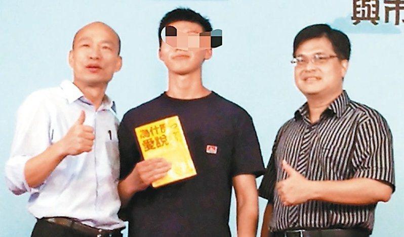 高雄市長韓國瑜25日又被學生嗆「做好做滿」。圖為日前雄中畢業生(中)抱書上台與韓國瑜(左)微笑合影,書名卻是「為什麼愛說謊」。 聯合報資料照/記者蔡容喬攝影