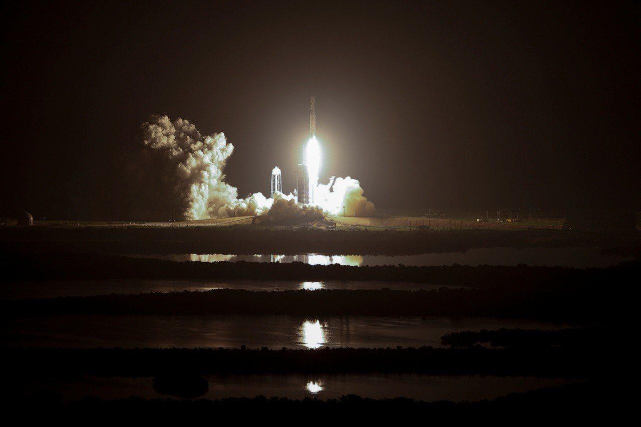 Space X火箭下午攜帶福衛七號衛星由美國佛州甘迺迪太空中心發射升空。路透