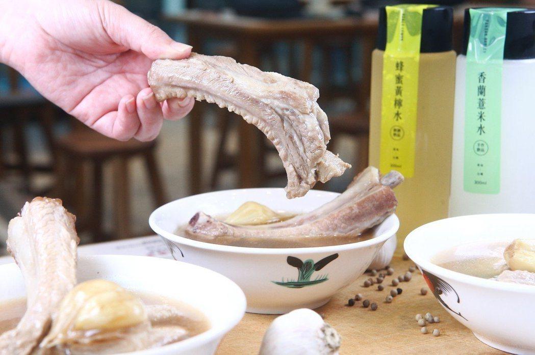黃亞細招牌的上等肉骨茶,可吃到兩根10公分長的肋排。記者陳睿中/攝影