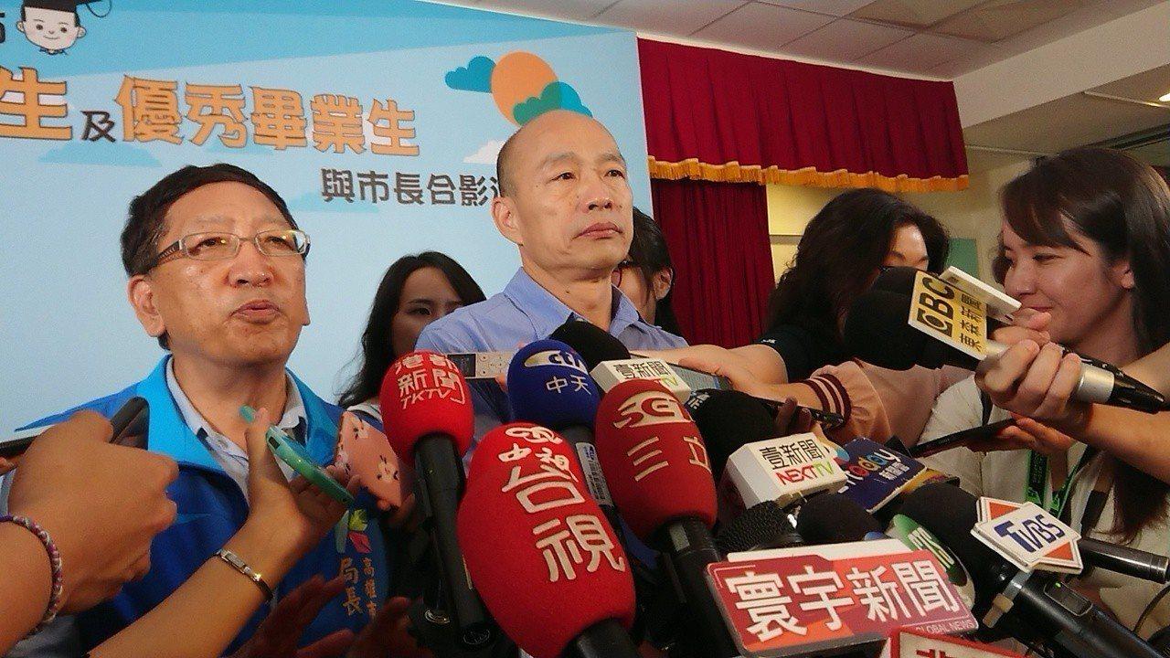 高雄市長韓國瑜合影後受訪表示,他一向鼓勵年輕人有熱情理想、敢說敢做,不過學生辛苦...