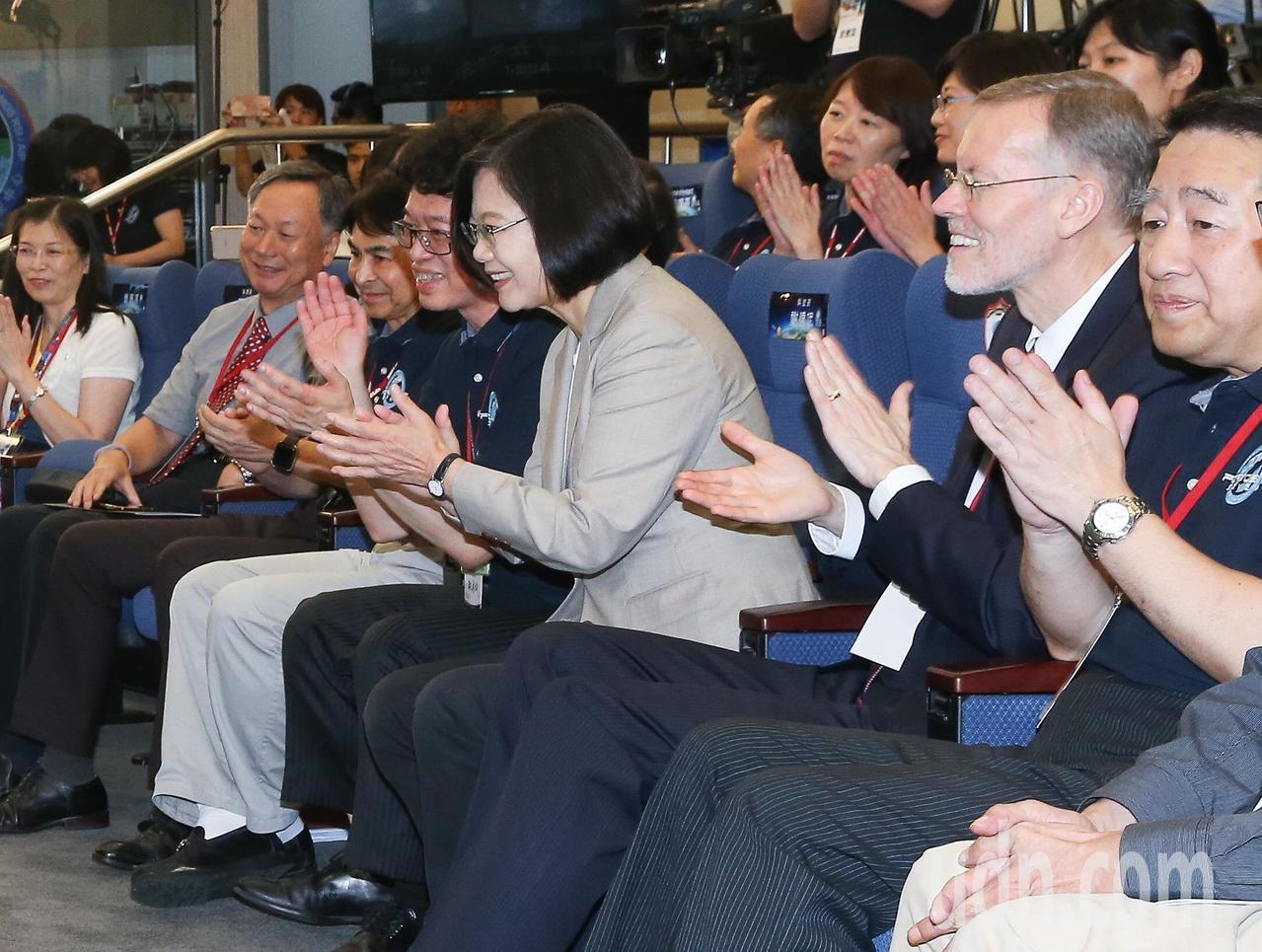 蔡英文總統(右三)與美國在台協會處長酈英傑(右二)一同至新竹國家太空中心,觀賞福...