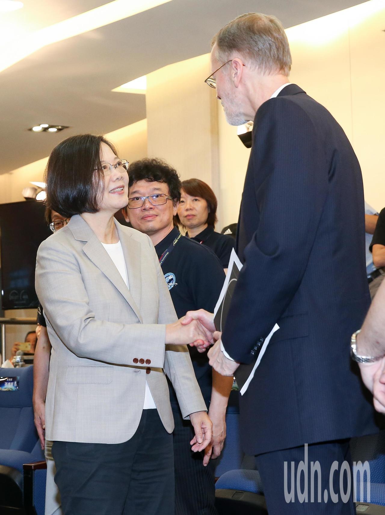蔡英文總統(左)與美國在台協會處長酈英傑(右)一同至新竹國家太空中心,觀賞福衛七...