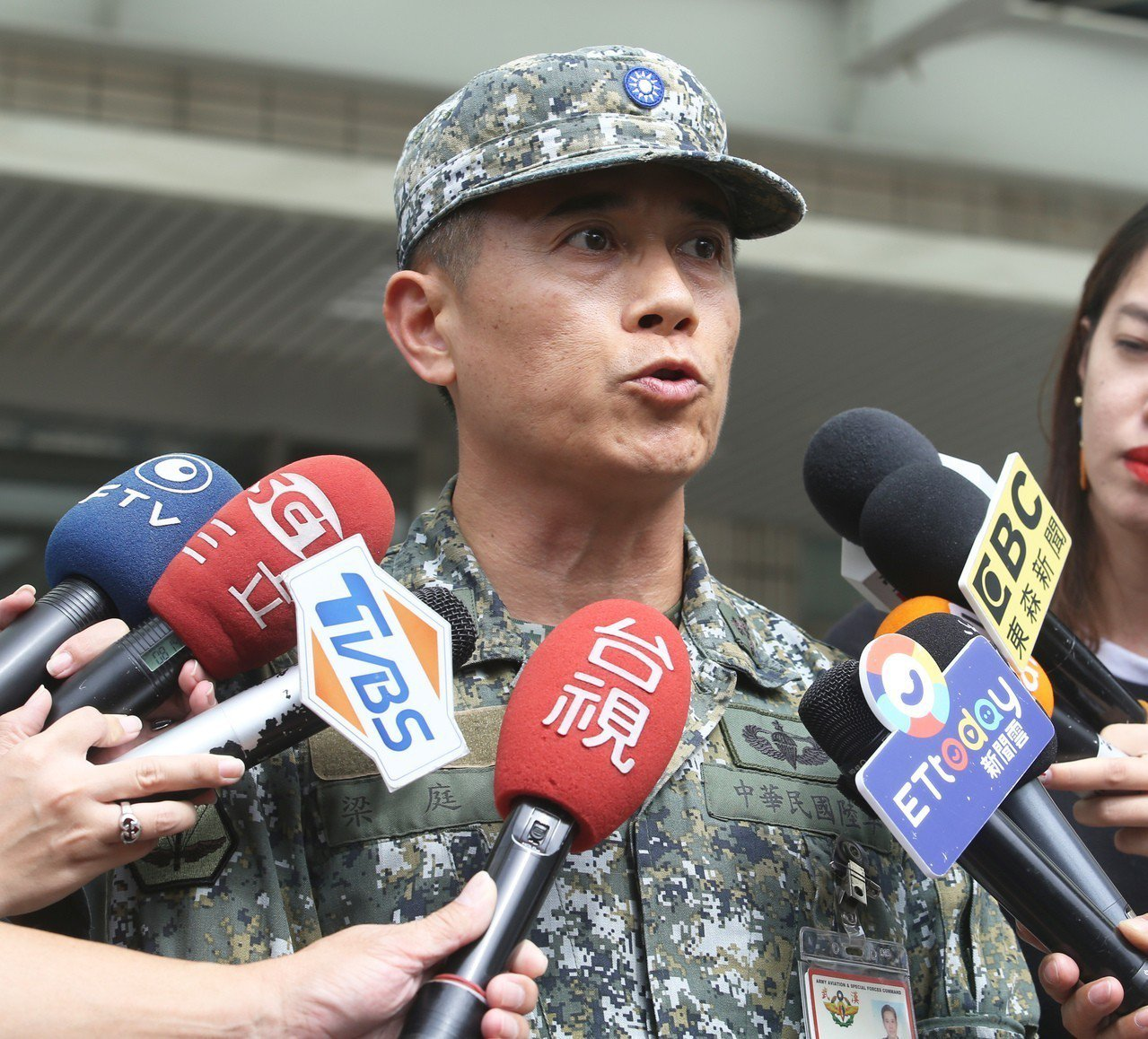 航特部政戰副主任梁庭蔚表示因傘面「吃風不足」,造成墜地。記者劉學聖/攝影