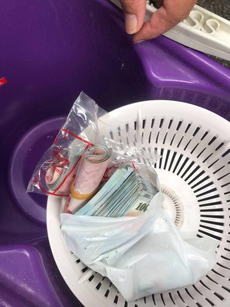 高雄黃姓男子昨凌晨3點將越南籍妻子黎女藏在拖把水桶的私房錢丟棄,昨近中午時跑向住...