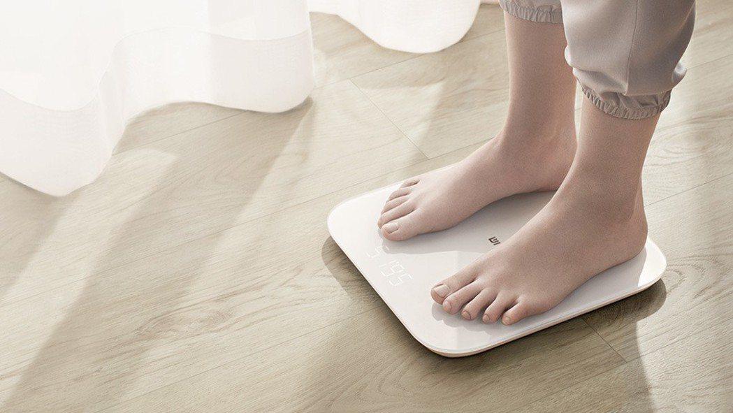 小米今天推出全新小米體重計2,除有暖白色系外型設計簡約,以20道工序精雕細琢展現...