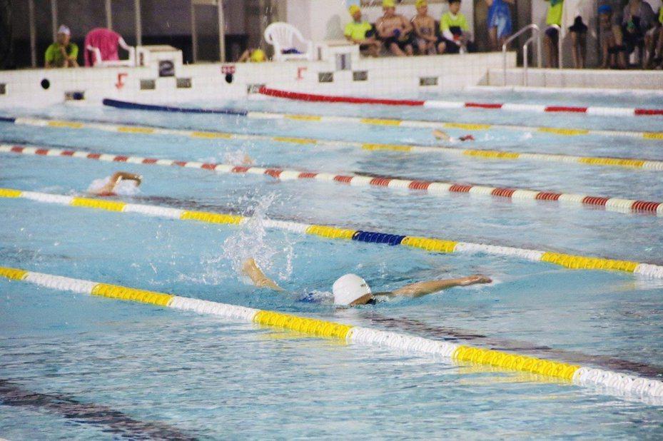 暑假戲水旺季將至,基隆市政府教育處與市內游泳池業者協調,凡就讀基隆市學校學生持樂學卡,享有入場門票均一價40元。圖/檔案照,基隆市政府提供