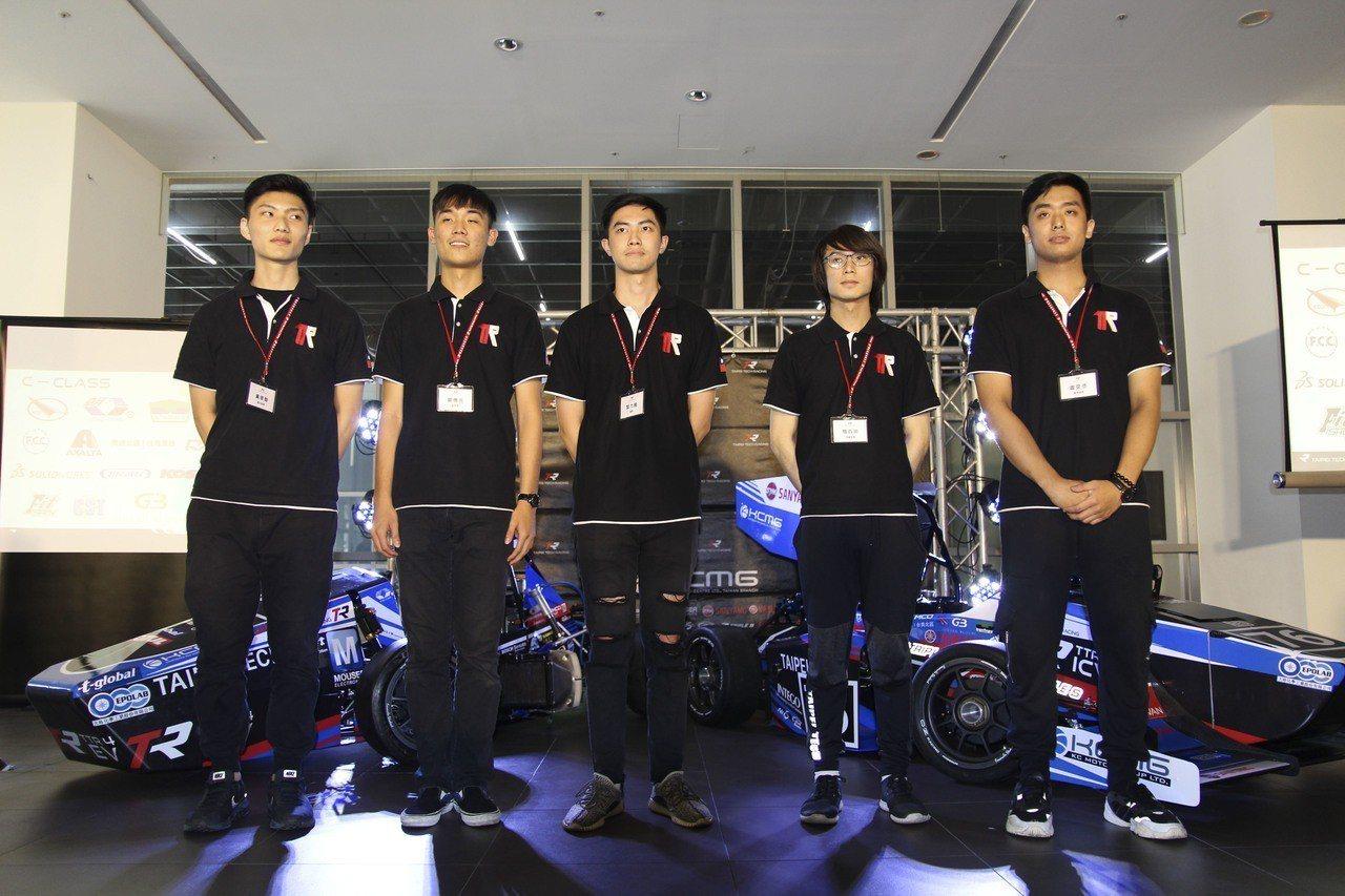 北科大學生方程式賽車隊推出升級版賽車TTR4,為台灣第一款使用單體式座艙的學生賽...