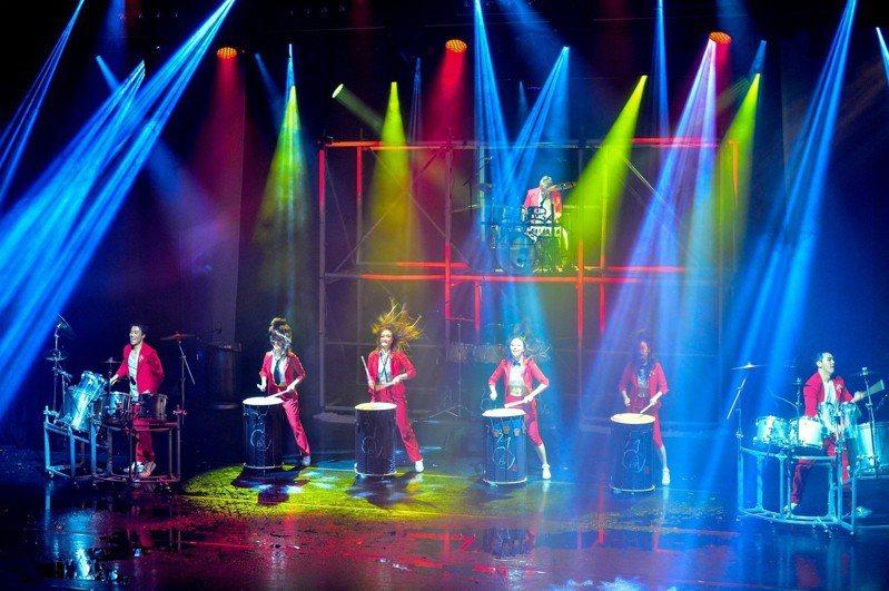 宜蘭童玩節今年夜間加碼國內外專業特色團隊專場演出,圖為韓國擊光亂打秀。圖/宜蘭縣文化局提供
