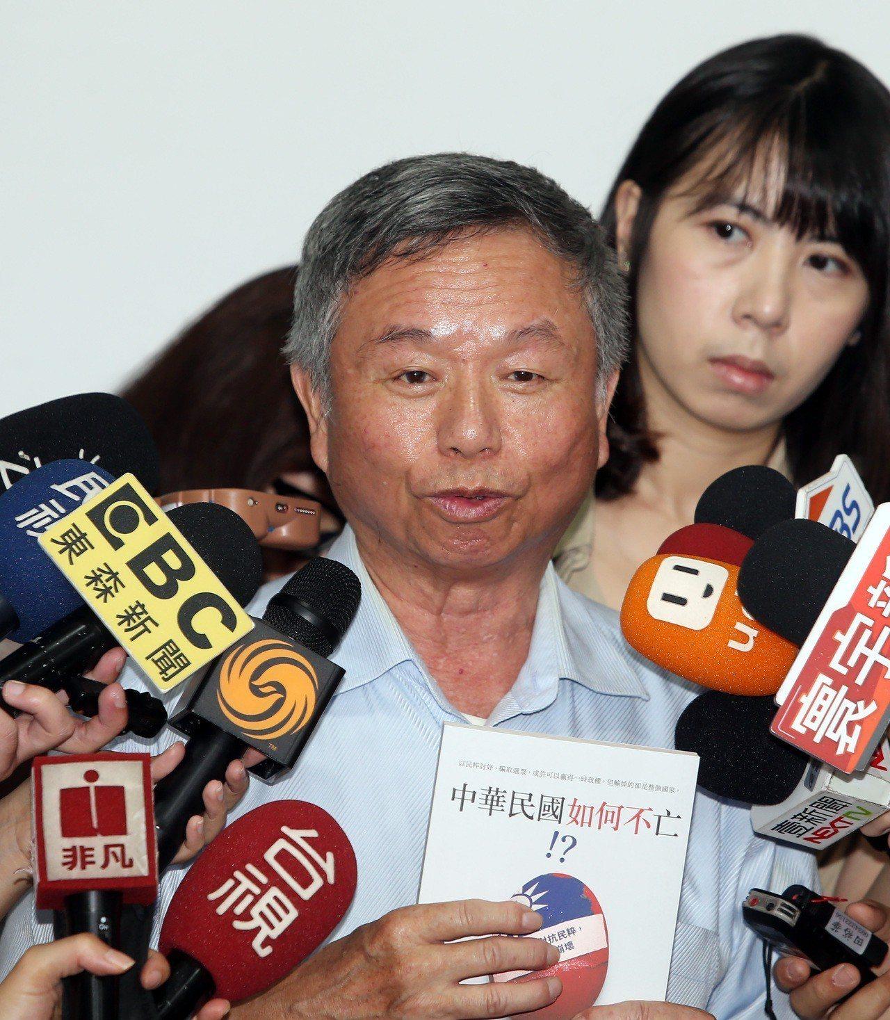 前衛生署長楊志良上午舉行新書「中華民國如何不亡」發表會。記者曾吉松/攝影