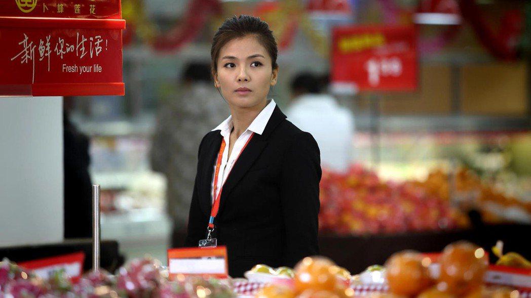 劉濤飾演的江木蘭在劇裡擔任生鮮超市經理。圖/年代提供