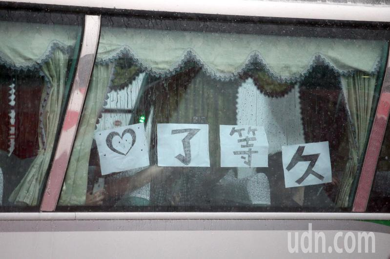 搭交通車的外站長榮空服員回來,在窗戶上貼上一個愛心笑臉與「久等了」的話語,為同仁打氣。記者蘇健忠/攝影