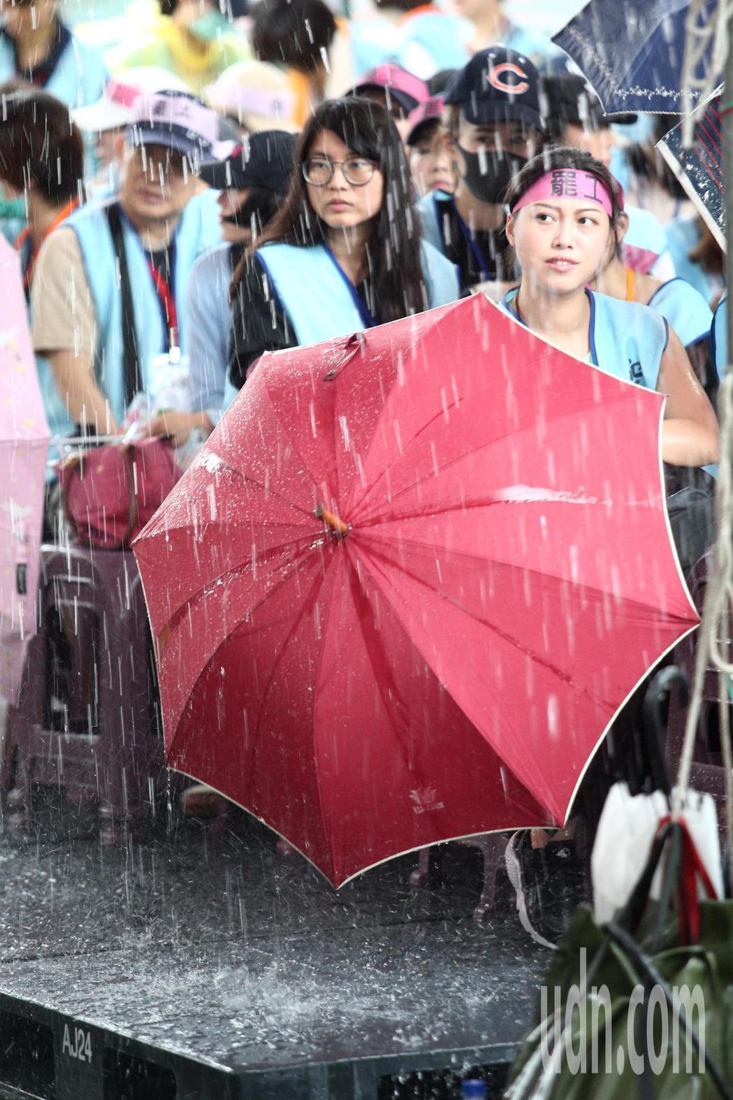 長榮空服員罷工進入第6天,下午下起大雨。記者蘇健忠/攝影