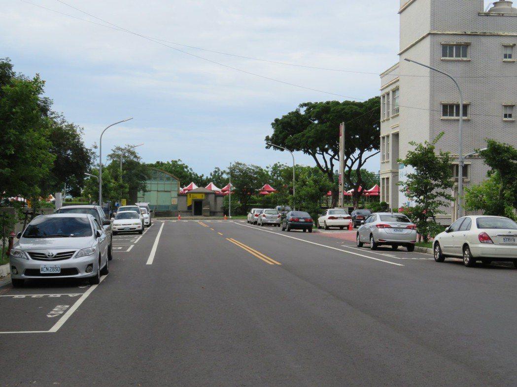 嘉義縣只在縣治特區及隔壁朴子市畫設數百個公有路邊停車格。記者魯永明/攝影