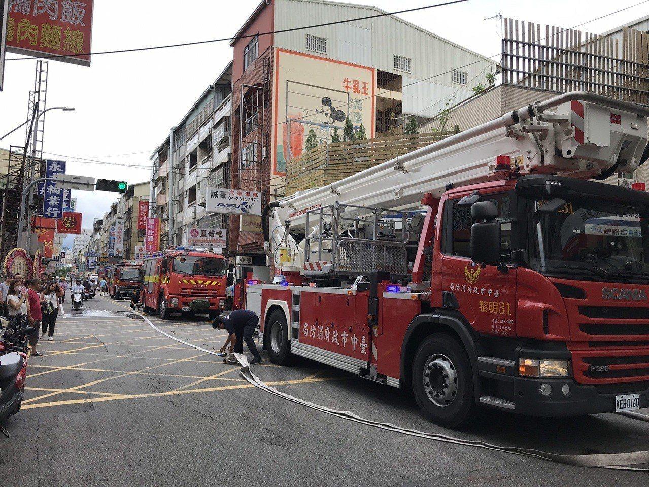 台中市西屯區西屯路二段透天民宅2樓今天下午傳出火警,2人吸入濃煙嗆傷,詳細起火原...