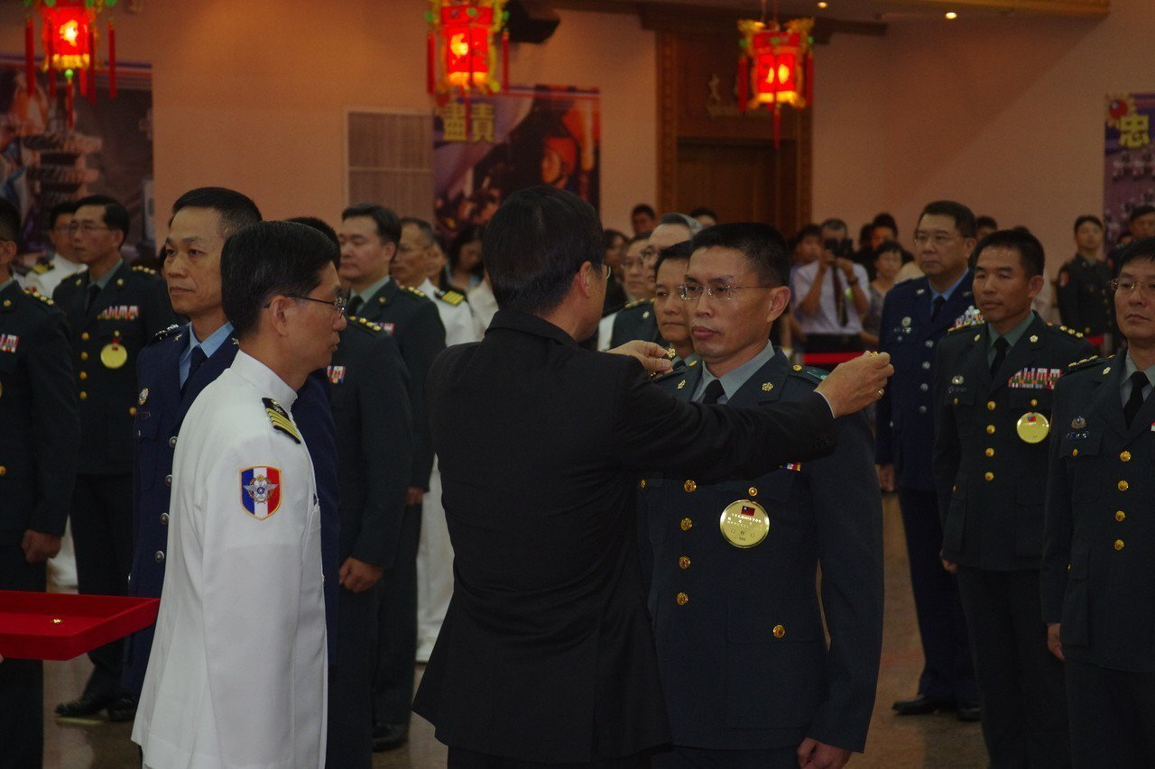 去年6月28日,國防部舉行107年度下半將官晉任,國防部長嚴德發為新科將官授階。...