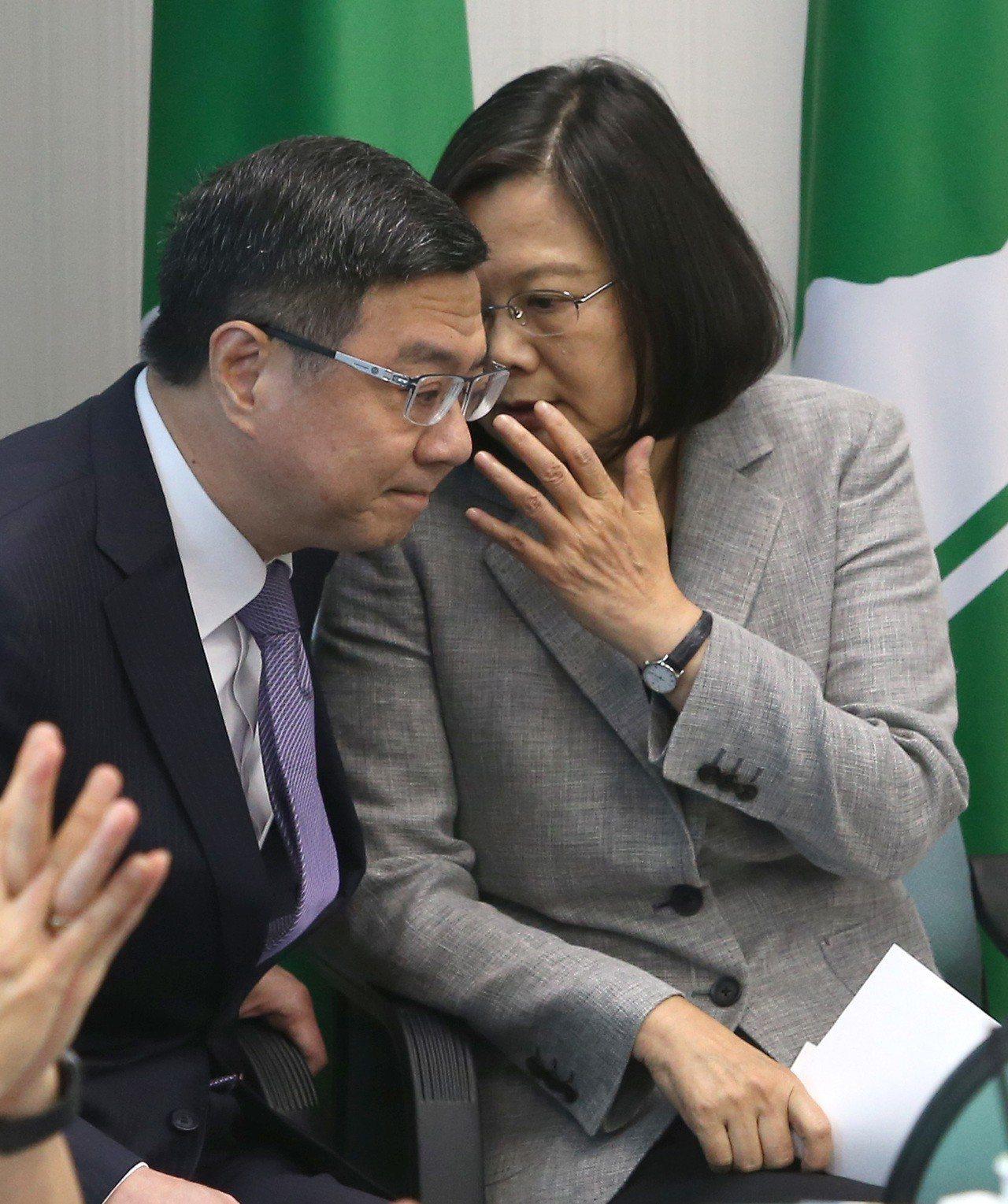民進黨主席卓榮泰(左)說民進黨不會惡意攻擊柯文哲,蔡英文總統今天受訪表示柯文哲還...