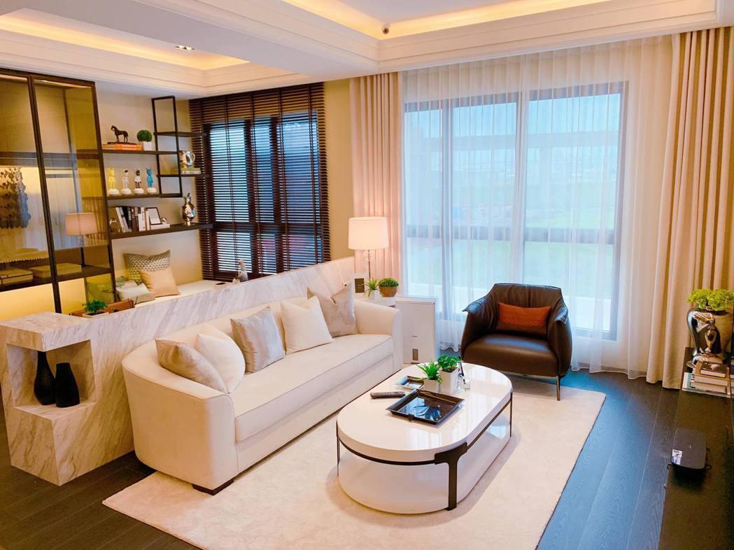 樣品屋寬敞客廳設計,有種回家的溫暖感。記者徐力剛/攝影。