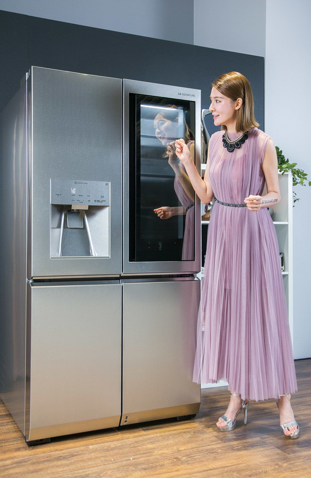 LG SIGNATRUE敲敲看門中門冰箱。圖/LG提供