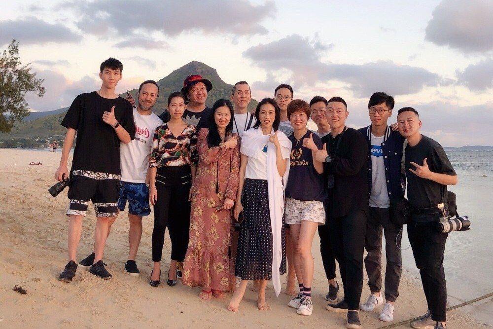 莫文蔚(前排中)上周隨團隊到南非拍照。圖/摘自微博