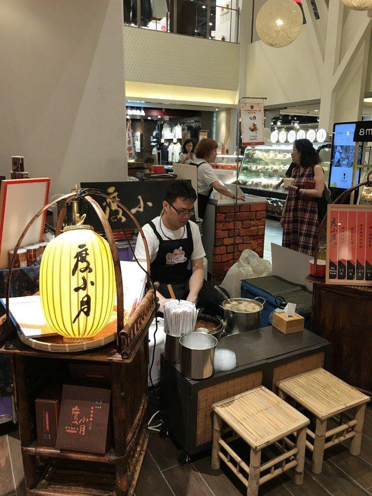 統一時代台南美食展,推出度小月擔仔麵等台南代表美食。記者江佩君/攝影