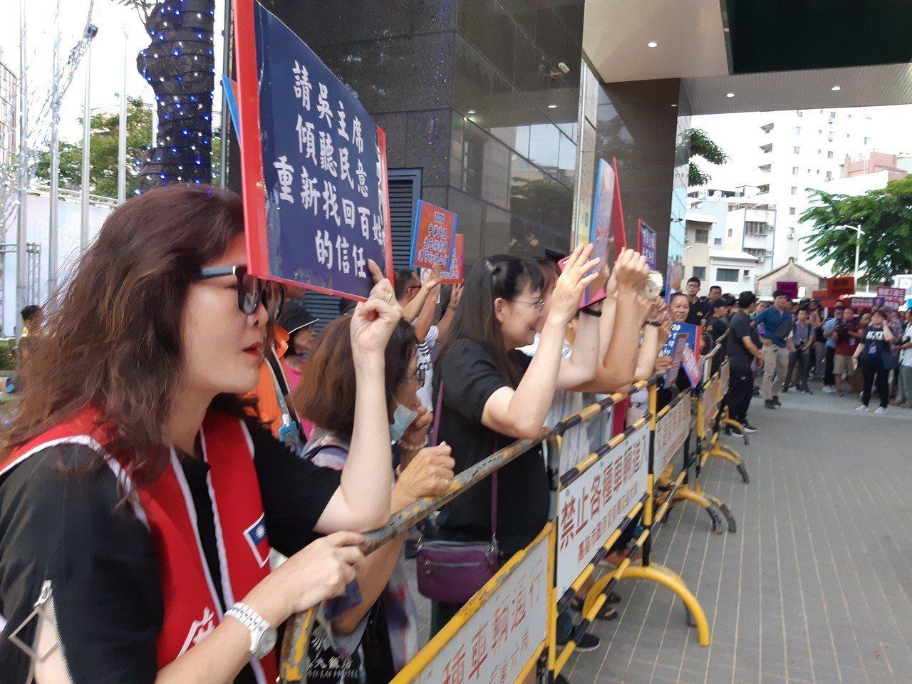 韓粉到場支持高雄市長韓國瑜參選總統。記者賴郁薇/攝影