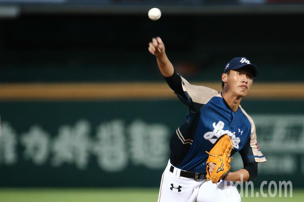 年僅20歲的Lamigo桃猿隊新秀投手翁瑋均,是全隊最年輕選手。記者黃仲裕/攝影