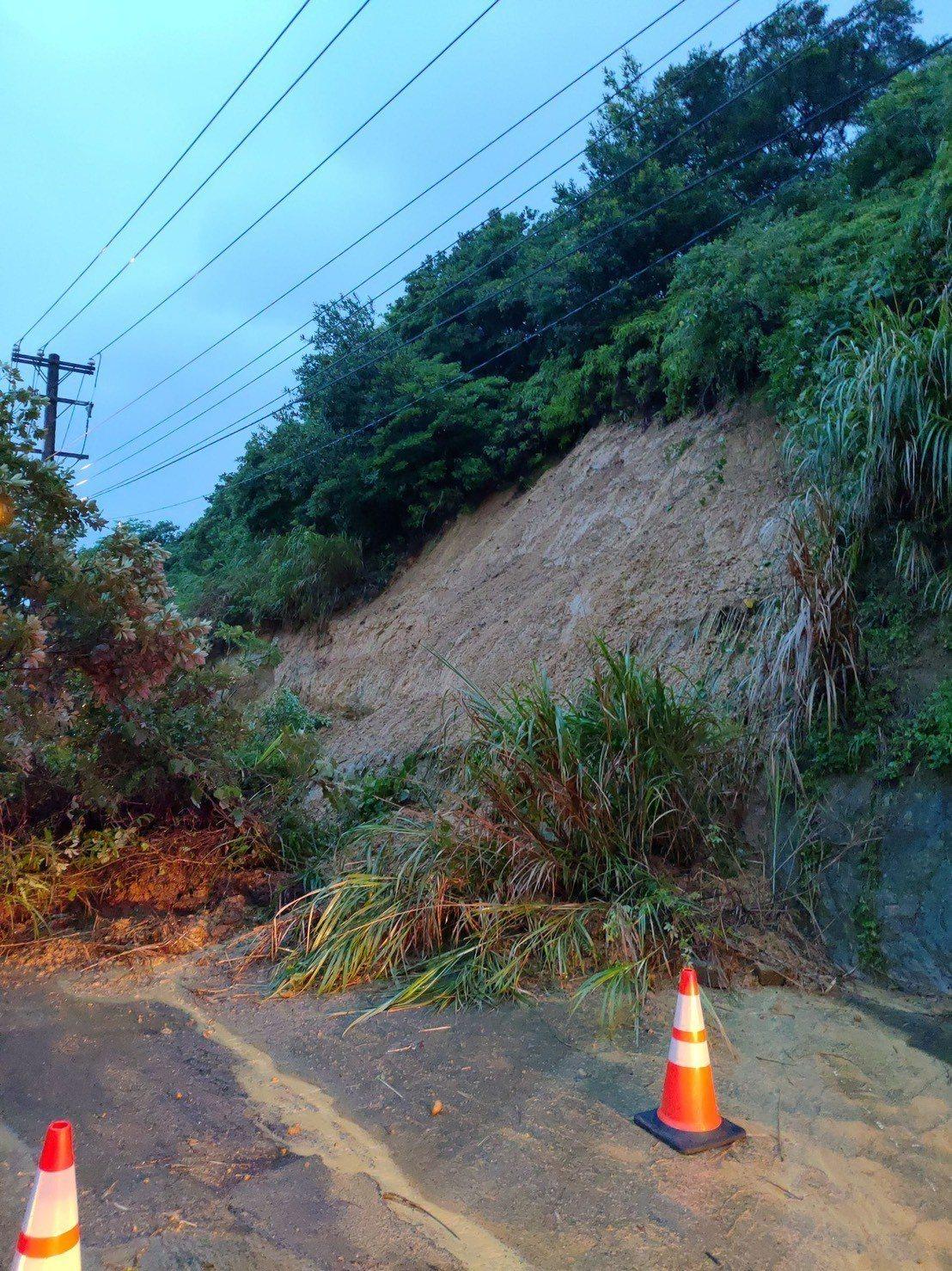 龜山區福源里同昌巷土石滑落,警方已封閉道路。圖/警方提供