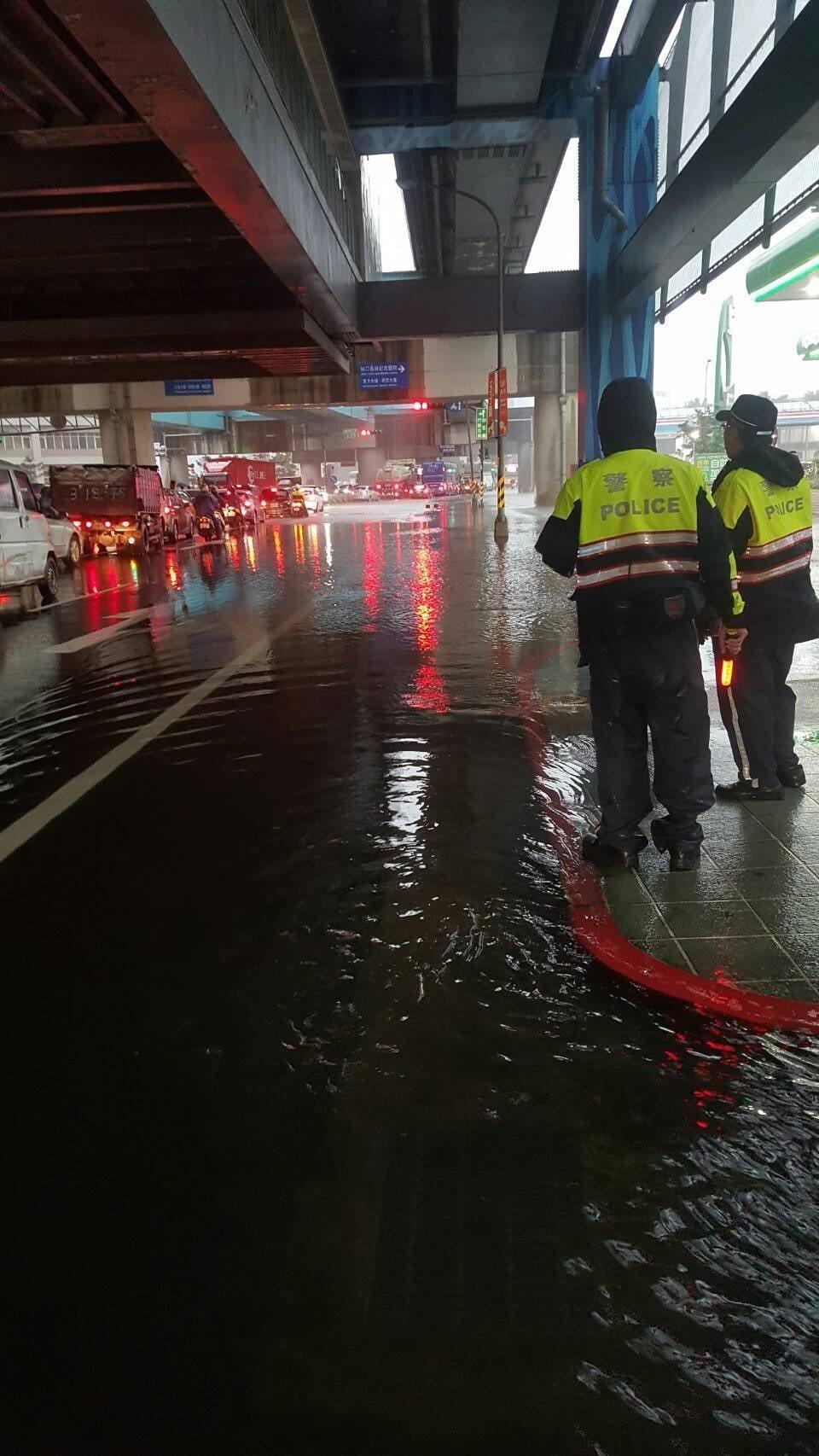 A8站路面積水,警方到場交管。圖/警方提供