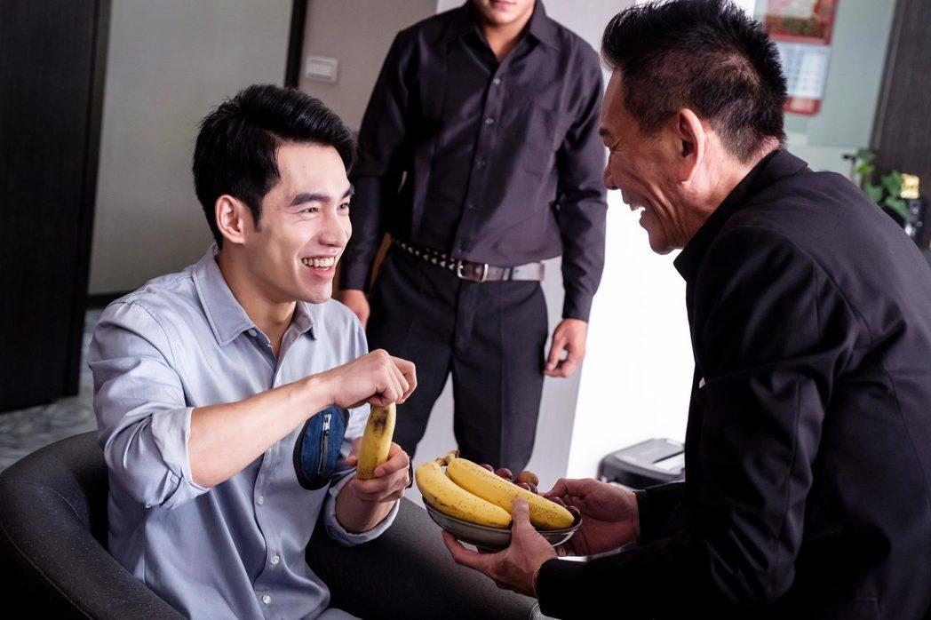 龍劭華(右)客串「如果愛,重來」與張書豪對戲。圖/歐銻銻娛樂提供