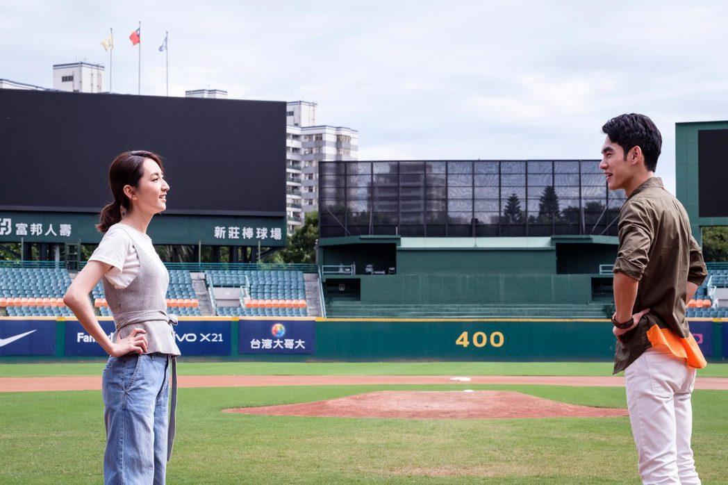 柯佳嬿(左)被張書豪帶去棒球場揮棒散心。圖/歐銻銻娛樂提供