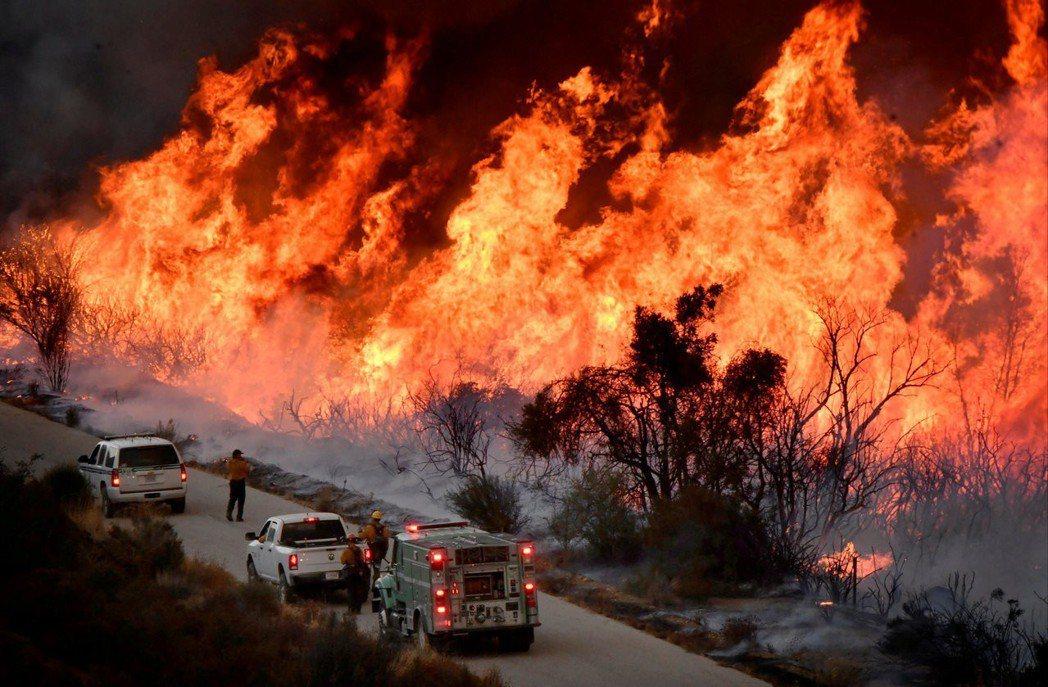 專家呼籲對氣候變遷採取具體行動,圖為2017年美國洛杉磯北方的野火。(路透)