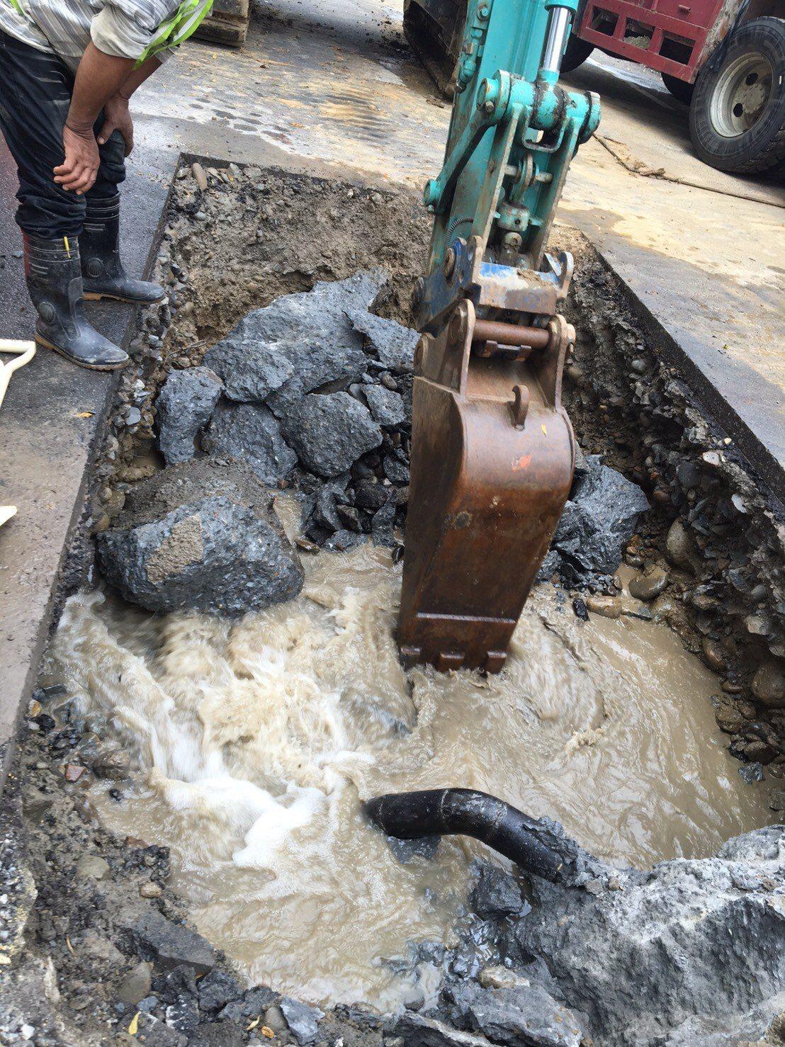 台水公司緊急搶修鯉魚潭給水廠原水管設備漏水,在台水與承攬施工廠商搶修下,提早在明...