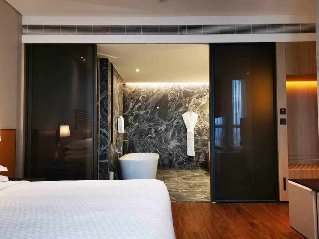 林口亞昕福朋喜來登酒店的客房類型「行政套房」,空間有25坪大,並擁有偌大的衛浴空...