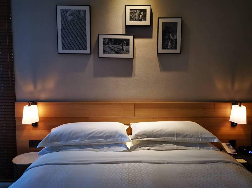 林口亞昕福朋喜來登酒店床頭的牆上,掛著以林口為主題的攝影展照片,讓入住的旅客進一...