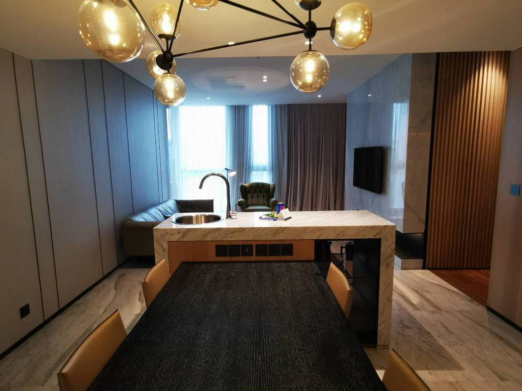 林口亞昕福朋喜來登酒店的客房類型「行政套房」,擁有獨立的客廳及一張會議桌,適合小...