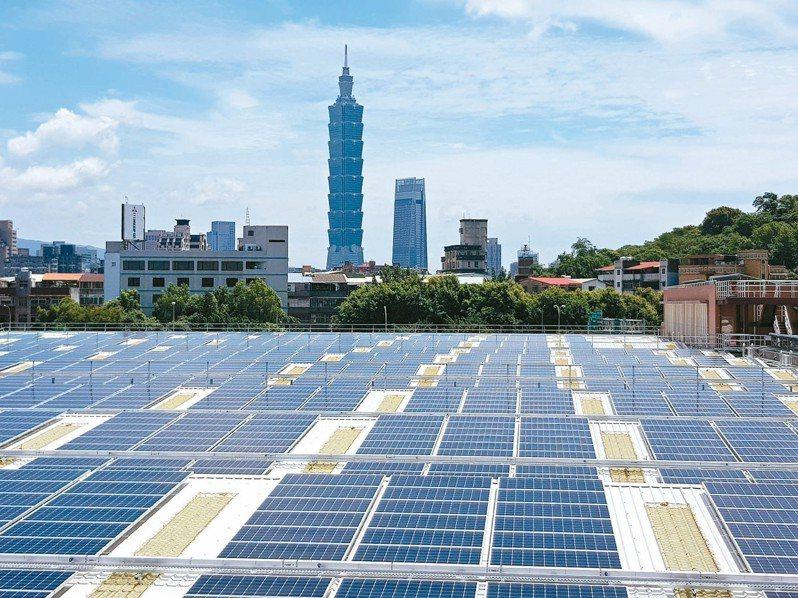 北水處在長興淨水場加蓋屋頂建置太陽能光電板,昨正式啟用,預計每年發電213萬度,是全台首座加蓋種電的淨水場。 記者翁浩然/攝影
