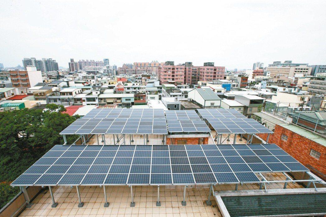 靠太陽賺錢 陽光伏特家最近為真善美社會福利基金會募款建立屋頂太陽能電站,現在賣電...