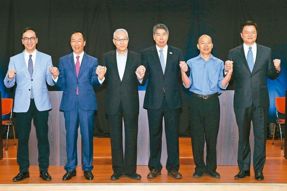 國民黨總統初選首場國政願景電視發表會,黨主席吳敦義(左三)與參選人攜手象徵團結。 記者葉信菉/攝影