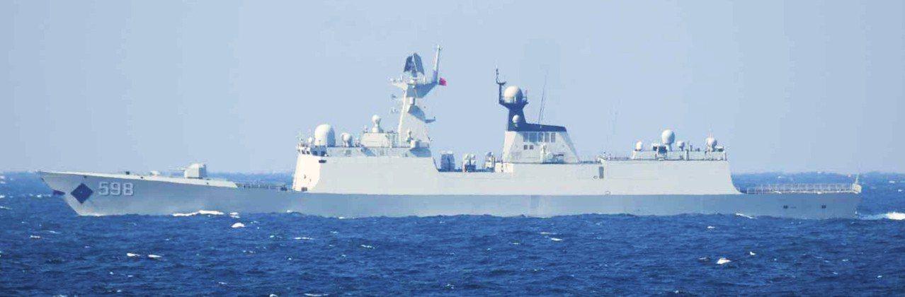 「日照」號巡防艦,今年2月通過對馬海峽進入日本海。 (取自日本防衛省)
