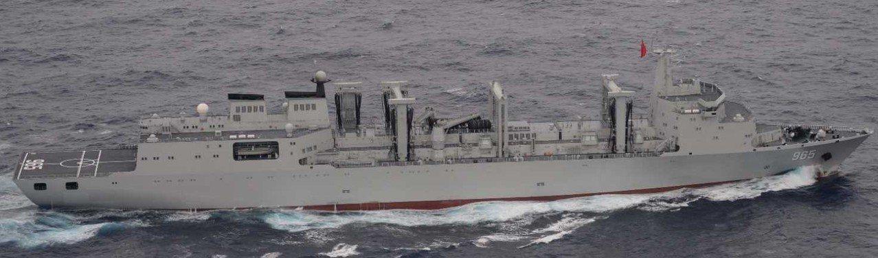 6月10日通過宮古海峽的中共補給艦「呼倫湖」號。 (取自日本防衛省)