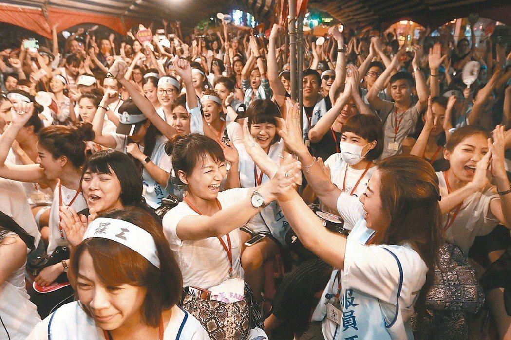 2016年華航罷工成功,抗爭的空服員聞訊歡聲雷動,相互擊掌慶祝。圖/聯合報系資料...