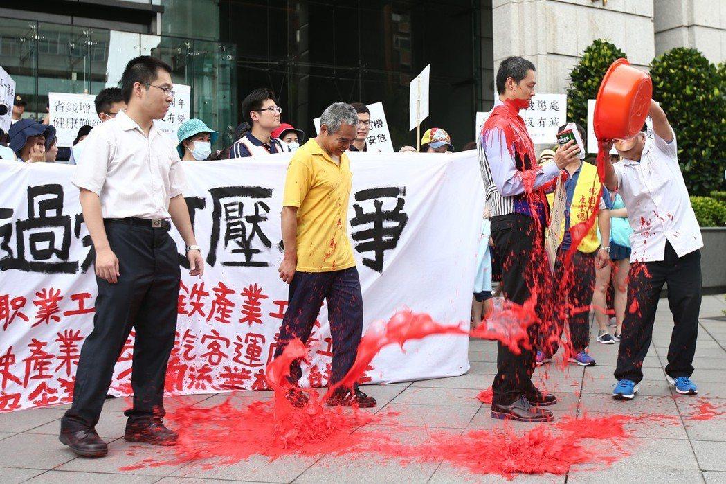 華航罷工隔年,空服員工會與各運輸業工會約100多人齊聚交通部抗議改革跳票,並將紅...