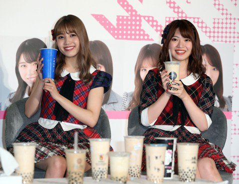 日本偶像女團「AKB48」成員加藤玲奈、馬嘉伶今(26日)來台,記者會上宣布AKB48將於10月19日在台北小巨蛋開唱,馬嘉伶站在加藤旁邊,直呼對方是模特兒身材,自己前幾天開始努力減肥,「結果還是不...